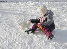 Ein Mädchen, das im Winter sledging ist stockbild