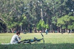 Ein Mädchen, das Musik auf einer Rasenfläche hört lizenzfreies stockbild