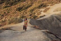 Ein Mädchen, das oben der Hügel geht Lizenzfreie Stockbilder