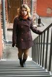 Ein Mädchen, das oben Treppenhäuser geht Stockfotografie