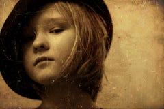 Ein Mädchen, das schwarzen Hut trägt lizenzfreie stockfotografie