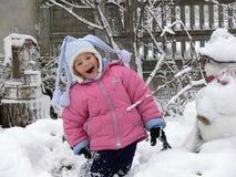 Ein Mädchen, das Spaß im Schnee hat Lizenzfreies Stockfoto