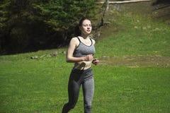 Ein Mädchen, das Sport in den Bergen tut Stockfoto