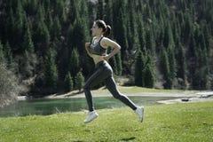 Ein Mädchen, das Sport in den Bergen tut Stockbild