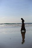 Ein Mädchen, das am Strand geht Lizenzfreies Stockbild