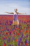 Ein Mädchen in der Mohnblumenwiese Lizenzfreie Stockbilder
