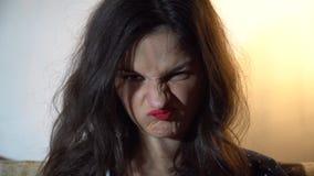 Ein Mädchen des europäischen Auftrittes ist gekrümmt stock video