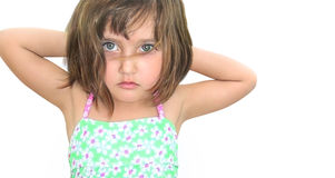 Ein Mädchen drei Jahre alte nette Augen machte Haar nass Stockfotos