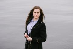Ein Mädchen durch den Volga Stockfotografie