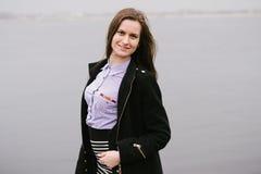 Ein Mädchen durch den Volga Stockfotos