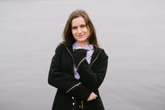 Ein Mädchen durch den Volga Lizenzfreie Stockbilder