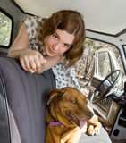 Ein Mädchen, ein LKW und ihr Hund Stockfotografie