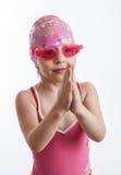 Ein Mädchen in einem Badeanzug und in einer Schwimmenkappe Stockbilder