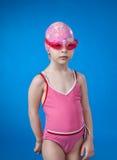Ein Mädchen in einem Badeanzug und in einer Schwimmenkappe Lizenzfreie Stockbilder