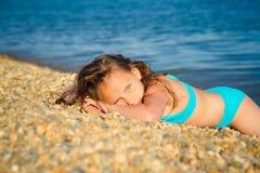 Ein Mädchen in einem blauen Badeanzug Lizenzfreie Stockfotos