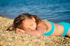 Ein Mädchen in einem blauen Badeanzug Stockfoto