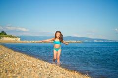 Ein Mädchen in einem blauen Badeanzug Stockfotos