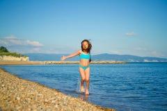 Ein Mädchen in einem blauen Badeanzug Lizenzfreie Stockbilder
