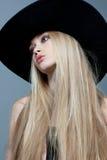 Ein Mädchen in einem Hut Stockbilder