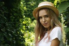 Ein Mädchen in einem Hut mit einem Anstarren Stockfotografie