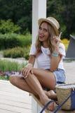 Ein Mädchen in einem Hut wurde durch eine Idee besucht Stockbild
