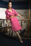 Ein Mädchen in einem rosafarbenen Mantel Stockfotos