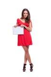 Ein Mädchen in einem roten Kleid hält ein Notizbuch an Lizenzfreie Stockfotos