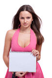 Ein Mädchen in einem roten Kleid hält ein Notizbuch an Lizenzfreie Stockfotografie