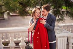 Ein Mädchen in einem roten Mantel mit einem Mann stockbild