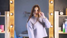 Ein Mädchen in einem Schönheitssalon mit einem Friseur Das Konzept der Haarpflege im Salon, Keratin, Haargeraderichten stock video