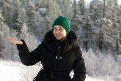 Ein Mädchen in einem schwarzen Mantel mit Pelzkragen Stockbild