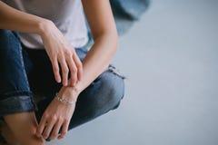 Ein Mädchen in einem weißen T-Shirt und in den Jeans Lizenzfreie Stockfotografie