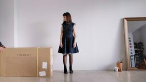 Ein Mädchen empfängt ein großes Paket stock footage