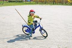 Ein Mädchen erlernt, ein Fahrrad zu reiten Lizenzfreie Stockfotos
