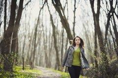 Ein Mädchen geht in den Park Lizenzfreies Stockfoto