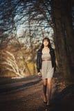 Ein Mädchen geht in den Park Stockfoto
