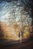 Ein Mädchen geht in den Park Stockfotografie