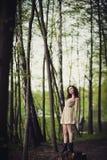 Ein Mädchen geht in den Park Stockbild