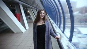 Ein Mädchen geht durch die Fenster stock video footage