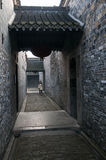 Ein Mädchen geht in einen Korridor am GE-Garten, Provinz Yangzhous, Jiangsu, China Lizenzfreie Stockfotografie