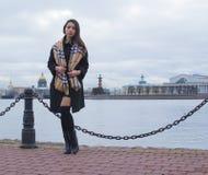 Ein Mädchen geht entlang die Promenade Stockfoto