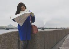 Ein Mädchen geht entlang die Promenade mit der Karte Lizenzfreie Stockbilder