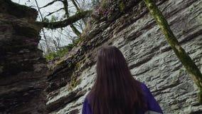 Ein Mädchen geht langsam in das Gebirgslabyrinth stock footage