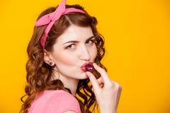 Ein Mädchen hält die Beere isst Trauben stockfotos