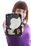 Ein Mädchen hält eine Festplatte an Stockbilder
