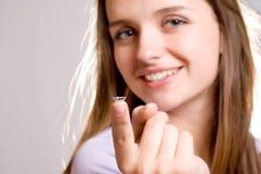Ein Mädchen hält eine Kontaktlinse an lizenzfreie stockfotos