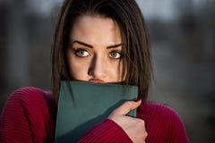 Ein Mädchen hält in ihren Händen das Tagebuch lizenzfreie stockbilder
