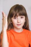 Ein Mädchen hebt ihre Hand oben an Lizenzfreie Stockfotografie