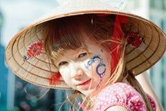 Ein Mädchen im Hut mit Drachetätowierung Lizenzfreie Stockfotos