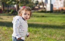 Ein Mädchen im Park Stockfotografie
